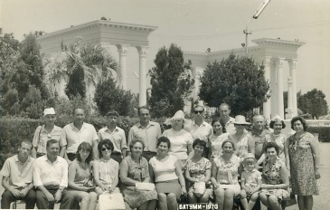 "Фото сделано во время круиза по черному морю на теплоходе ""Адмирал Нахимов"". Батуми 1970 год. Валентин Перешеин вверху справа от человека в очках"